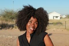 Plenerowy portret piękna uśmiechnięta afrykańska kobieta z afro włosy Zdjęcia Royalty Free