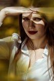 Plenerowy portret piękna kobieta z czerwonymi wargami Fotografia Royalty Free