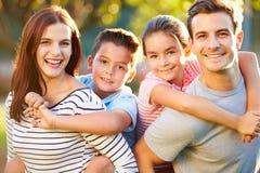 Plenerowy portret rodzina Ma zabawę W parku obraz royalty free