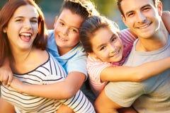 Plenerowy portret rodzina Ma zabawę W parku obraz stock