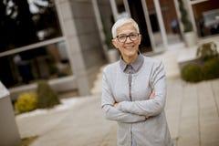 Plenerowy portret szczęśliwy starszy bizneswoman zdjęcie royalty free