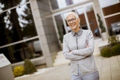 Plenerowy portret szczęśliwy starszy bizneswoman obrazy royalty free