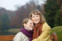 Plenerowy portret uśmiechnięta kobieta i dziewczyna zdjęcie stock