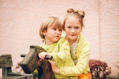 Plenerowy portret uroczy moda dzieciaki zdjęcia royalty free