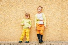 Plenerowy portret uroczy moda dzieciaki zdjęcie stock