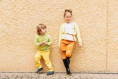 Plenerowy portret uroczy moda dzieciaki obraz royalty free