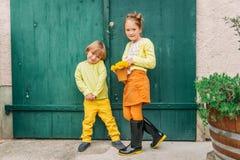 Plenerowy portret uroczy moda dzieciaki obrazy royalty free