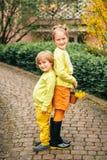 Plenerowy portret uroczy moda dzieciaki zdjęcie royalty free