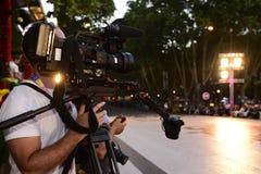 Plenerowy program na żywo, kamera telewizyjna, kamerzysta, światła reflektorów fotografia stock
