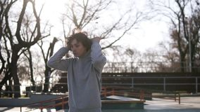 Plenerowy przystojny młodego człowieka portret Nastoletnia ch?opiec chodzi nad wiosny ?y?wy parkiem z natury t?em w hoodie facet zdjęcie wideo