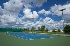 Plenerowy pusty tenisowy sąd z niebieskim niebem zdjęcia royalty free