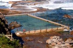 Plenerowy rockowy pływacki basen przy kędzioru kędzioru plażą Obrazy Royalty Free