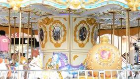 Plenerowy rocznika latającego konia carousel w Asiantique zbiory