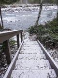 Plenerowy schody zakrywający w śniegu puszku rzeka Obrazy Stock