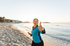Plenerowy sport, sprawność fizyczna gadżet i ludzie pojęć, - Uśmiechnięte żeńskie sprawności fizycznej przedstawienia aprobaty i  Fotografia Royalty Free