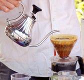 Plenerowy sprzedawca Robi kawie zdjęcie royalty free