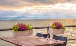 Plenerowy stół na jeziornym brzeg Fotografia Stock