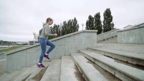 Plenerowy strzał dysponowany młoda kobieta bieg na krokach Biegacz ćwiczy na schodkach w ranku zdjęcie wideo