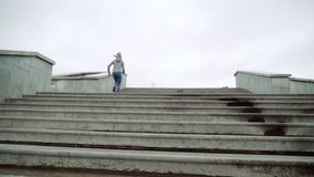 Plenerowy strzał dysponowany młoda kobieta bieg na krokach Biegacz ćwiczy na schodkach w ranku swobodny ruch zdjęcie wideo