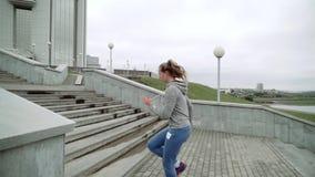 Plenerowy strzał dysponowany młoda kobieta bieg na krokach Biegacz ćwiczy na schodkach w ranku swobodny ruch zbiory