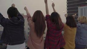 Plenerowy strzał młodzi ludzie przy dachu przyjęciem Szczęśliwa grupa azjatykci przyjaciele cieszy się sparkler i bawić się przy  zdjęcie wideo