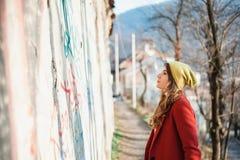 Plenerowy styl życia mody portret młodej dziewczyny odprowadzenie Obraz Royalty Free