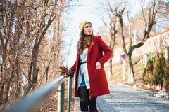 Plenerowy styl życia mody portret w mieście Fotografia Royalty Free