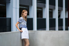 Plenerowy stylu życia portret ładna młoda dziewczyna Zdjęcie Stock