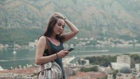 Plenerowy stylu życia portret młoda kobieta Używa Smartphone, podróż Z plecakiem, Elegancki Przypadkowy strój, Evening zmierzch zbiory wideo