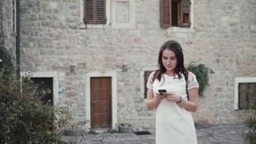 Plenerowy stylu życia portret młoda kobieta Używa Smartphone, podróż Z plecakiem, Elegancki Przypadkowy strój, Evening zmierzch zbiory