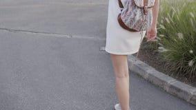 Plenerowy stylu życia portret młodej kobiety odprowadzenia puszek ulica, podróż Z plecakiem, Elegancki Przypadkowy strój, wieczór zbiory