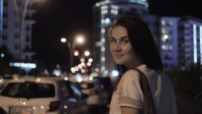 Plenerowy stylu życia portret młodej kobiety odprowadzenia puszek ulica, podróż Z plecakiem, Elegancki Przypadkowy strój, wieczór zdjęcie wideo