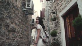 Plenerowy stylu życia portret młodej kobiety odprowadzenia puszek ulica Przy Starym miasteczkiem, podróż Z plecakiem, Elegancki P zbiory wideo