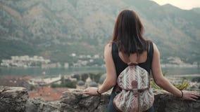 Plenerowy stylu życia portret młodej kobiety odprowadzenia puszek ulica Przy Starym miasteczkiem, podróż Z plecakiem, Elegancki P zdjęcie wideo