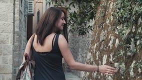 Plenerowy stylu życia portret młodej kobiety odprowadzenia puszek ulica Przy Starym miasteczkiem, podróż Z plecakiem, Elegancki P zbiory