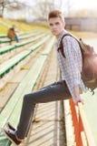 Plenerowy stylu życia portret przystojny facet z plecakiem obrazy stock