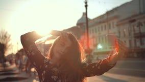 Plenerowy stylu materiał filmowy młoda modna kobieta robi selfie na miasto ulicie zbiory