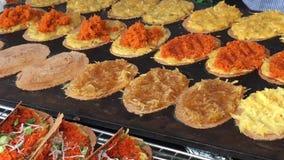 Plenerowy szef kuchni gotuje tradycyjną Tajlandzką zakąskę dekatyzował ryżowych pakuneczki z słodzącym zmielonym arachidowym plom zbiory