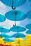 Plenerowy sztuka projekt, wystrój i Parasola pławik w niebie na słonecznym dniu Parasolowa niebo projekta instalacja Wakacje i zdjęcie royalty free
