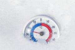 Plenerowy termometr w śniegu pokazuje minus 25 Celsius stopnia extrem Zdjęcia Royalty Free