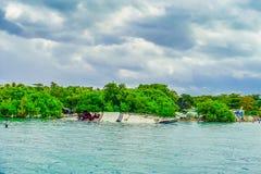 Plenerowy widok łódkowaty zapadnięty blisko do Isla Mujeres wyspy w morzu karaibskim, wokoło 13 kilometru z Jukatan Zdjęcia Royalty Free