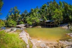 Plenerowy widok wspaniały budynek z bambusową trzciną w tropikalnego tropikalnego lasu deszczowego naturalnym stawie w przodzie w Obraz Stock