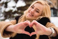 Plenerowy zakończenie w górę fotografii młody piękny szczęśliwy uśmiechnięty dziewczyny odprowadzenie na ulicie w zimie obraz royalty free