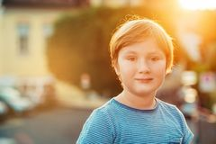 Plenerowy zakończenie w górę portreta 6-7 roczniaka chłopiec zdjęcie stock