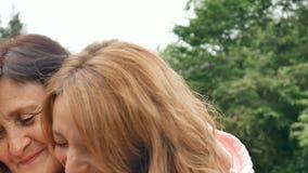 Plenerowy zakończenie w górę portreta uśmiechnięta szczęśliwa caucasian senior matka z jej dorosłym córki przytuleniem, patrzeć i zdjęcie wideo