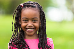 Plenerowy zakończenie w górę portreta śliczna młoda czarna dziewczyna - afrykanin p Obraz Royalty Free