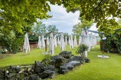Plenerowy zielony teren z parasolem Fotografia Royalty Free