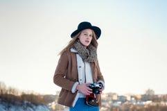 Plenerowy zima stylu życia portret ładna blondynki kobieta z retro kamerą Zdjęcia Stock