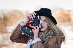 Plenerowy zima stylu życia portret ładna blondynki kobieta z retro kamerą Fotografia Stock