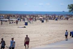 Pleno verano en la playa del norte de la avenida de Chicago Fotos de archivo libres de regalías